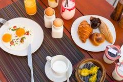 Mesa de desayuno La disposición elegante elegante de la tabla de la mañana para la comida sana del desayuno del desayuno adentro  Fotos de archivo