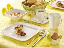 Mesa de desayuno pascua foto de archivo