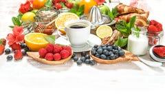 Mesa de desayuno sana con el café, cruasanes, muesli, b fresco Imagenes de archivo