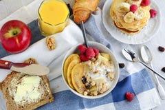 Mesa de desayuno sana con la variedad de platos Foto de archivo libre de regalías
