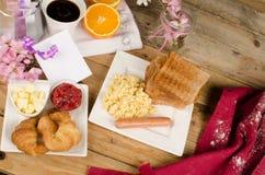 Mesa de desayuno sucia Foto de archivo