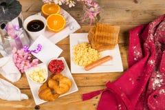 Mesa de desayuno sucia del día de fiesta Imagen de archivo