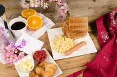 Mesa de desayuno sucia del día de padres Foto de archivo