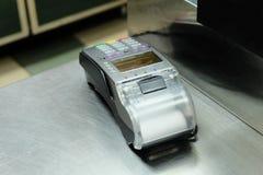 Mesa de dinheiro vazia com terminal no supermercado, muito copyspace Foto de Stock