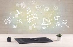 Mesa de escritório com ícones de uma comunicação Imagem de Stock