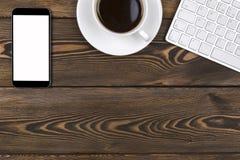 Mesa de escritório com espaço da cópia Dispositivos teclado, rato e tablet pc sem fio de Digitas com a tela vazia na tabela de ma Fotografia de Stock