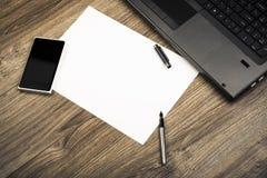 Mesa de escritório com portátil Foto de Stock