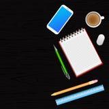 Mesa de escritório com smartphone, caderno, pena, lápis, régua e cu ilustração stock