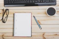 Mesa de escritório com teclado Imagens de Stock
