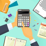 Mesa de escritório da mão do homem de negócio da calculadora Foto de Stock Royalty Free