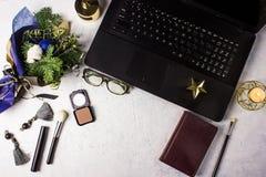 Mesa de escritório denominada colocada plano com portátil, ramalhete do inverno com ramos do pinho de Nobilis, cosméticos, acessó imagem de stock royalty free