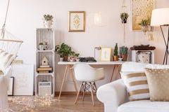 Mesa de escritório domiciliário com o telefone do oldschool, a máquina de escrever e as plantas frescas colocados no interior bra fotos de stock