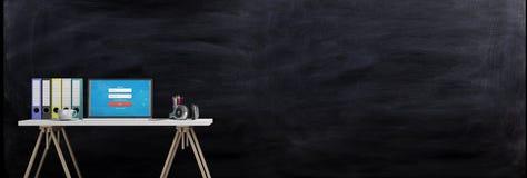 Mesa de escritório em um fundo do quadro-negro ilustração 3D Fotografia de Stock Royalty Free