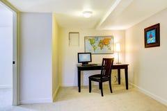 Mesa de escritório Home com o mapa na parede branca. Imagem de Stock