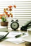 Mesa de escritório na manhã Foto de Stock Royalty Free