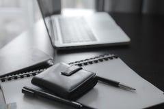 Mesa de escritório ou tabela do oficce no espaço de trabalho Fotografia de Stock Royalty Free