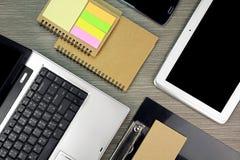 Mesa de escritório para negócios com portátil e tabuleta Espaço de funcionamento organizado poço com materiais de escritório imagens de stock royalty free