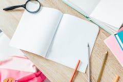 Mesa de escrita com fontes de escola Foto de Stock Royalty Free