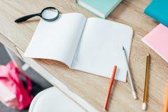 Mesa de escrita com fontes de escola Imagens de Stock Royalty Free