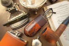 Mesa de escrita com muitas coisas fotos de stock
