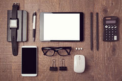 Mesa de escritório moderna com dispositivos Vista de acima Foto de Stock Royalty Free