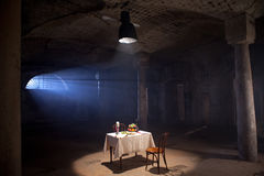 Mesa de jantar coberta a sala abandonada Fotos de Stock Royalty Free