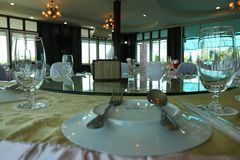 Mesa de jantar, colher de vidro, sala de banquete imagem de stock