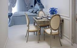 Mesa de jantar de madeira bonita com obscuridade - flores azuis Foto de Stock