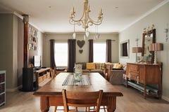 Mesa de jantar e sala de visitas em uma casa suburbana Imagem de Stock