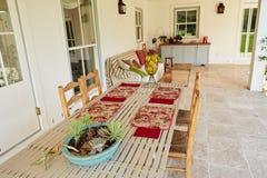 Mesa de jantar exterior no pátio de uma casa do país Imagens de Stock