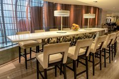 Mesa de jantar de mármore com as cadeiras de madeira no restaurante imagens de stock royalty free