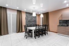 Mesa de jantar para dez povos Interior moderno do drawing-room do estilo do minimalism Sala de visitas simples e barata com imagem de stock royalty free