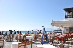 Mesa de jantar pela margem de Mykonos Imagem de Stock