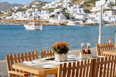 Mesa de jantar pela margem de Mykonos, Grécia Fotografia de Stock Royalty Free