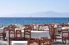 Mesa de jantar pelo mar Mykonos, Grécia Fotos de Stock Royalty Free