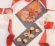 A mesa de jantar, serviu a tabela com alimento, carne, vista superior imagens de stock