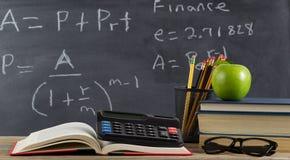 Mesa de la escuela para aprender fórmulas de las finanzas fotografía de archivo