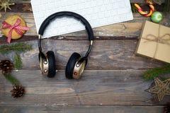 Mesa de la Navidad con el teclado y los auriculares en un backg de madera Fotos de archivo
