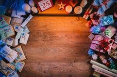 Mesa de la Navidad con los regalos Imagenes de archivo