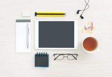 Mesa de la oficina con la tableta digital en blanco Imagen de archivo libre de regalías