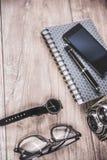 Mesa de la oficina con los artículos personales Fotografía de archivo libre de regalías