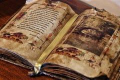 Mesa de madeira da biblioteca do livro velho, imagem tonificada retro, foco seletivo fotografia de stock