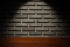 Mesa de madeira e parede de tijolo cinzenta fotografia de stock royalty free