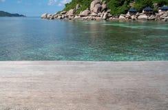 Mesa de madeira vazia e fundo azul do mar do verão Espaço vazio para o texto e as imagens imagem de stock