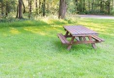 Mesa de picnic Imagenes de archivo