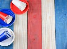 Mesa de picnic blanca y azul roja Fotos de archivo libres de regalías