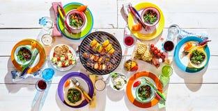 Mesa de picnic colorida con cocina del vegano imagen de archivo