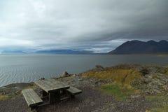 Mesa de picnic con una visión en Islandia Fotografía de archivo