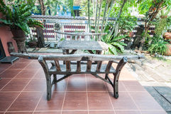 Mesa de picnic de madera con los bancos Foto de archivo