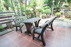 Mesa de picnic de madera con los bancos Imagenes de archivo